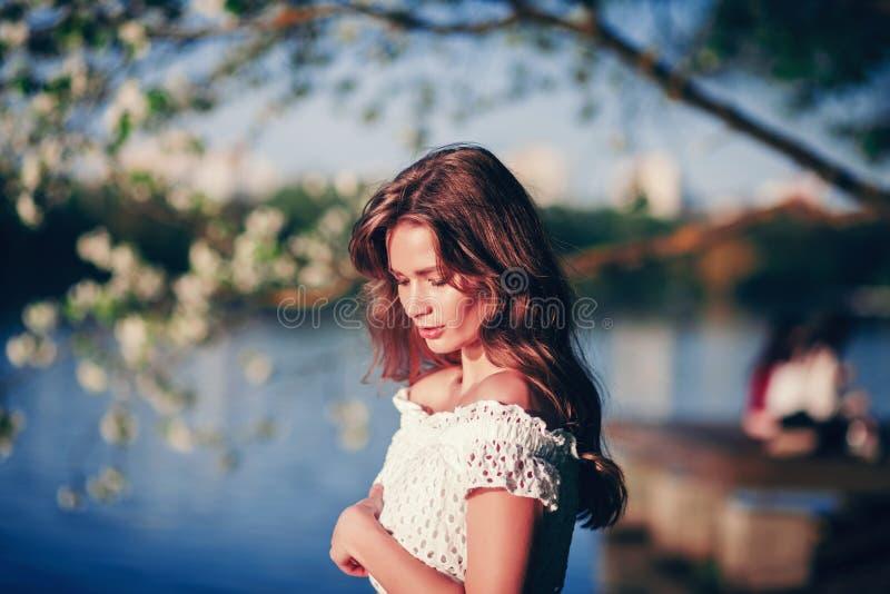 Mulher no jardim florescido foto de stock