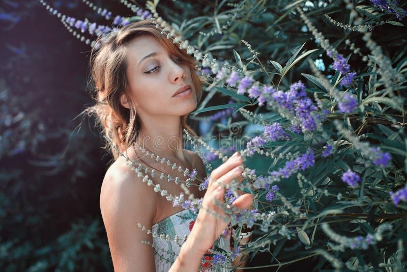 Mulher no jardim secreto imagem de stock