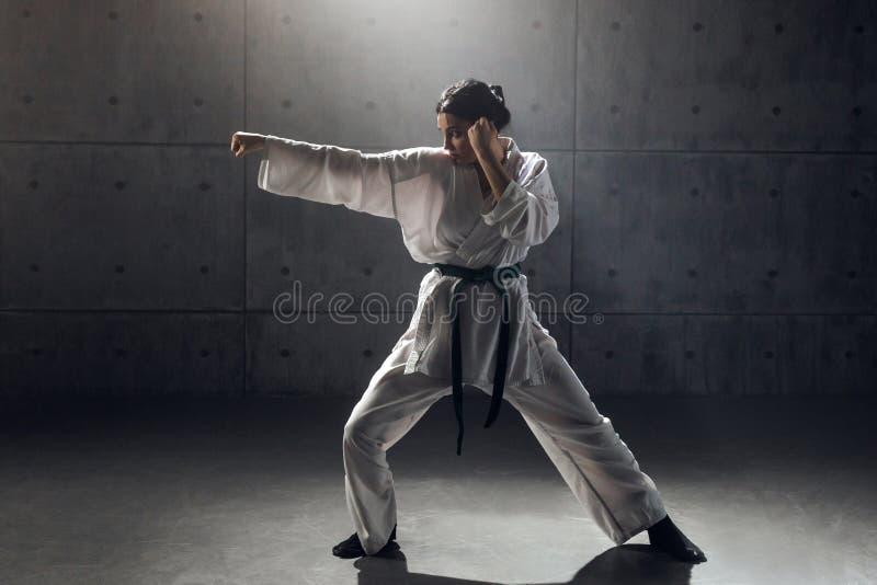 Mulher no karaté praticando do quimono fotos de stock royalty free