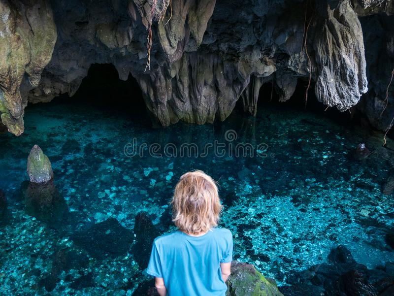Mulher no lago natural dentro da caverna Reflex?o colorida, ?gua transparente de turquesa, aventuras do ver?o Destino do turista, foto de stock royalty free