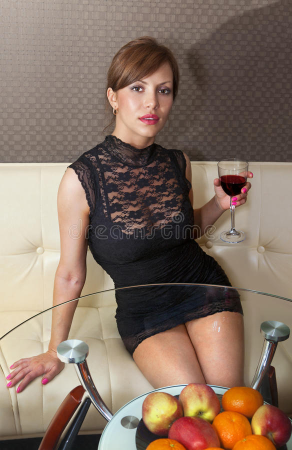 Mulher no ll do sofá foto de stock royalty free