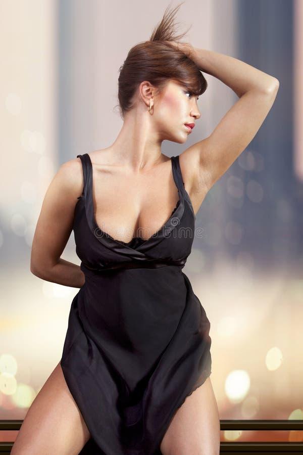 Mulher no ll preto do vestido foto de stock royalty free