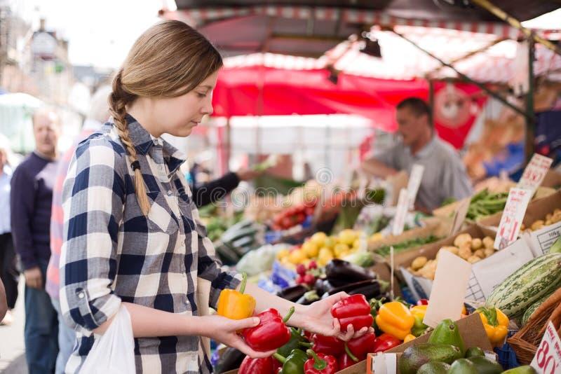 Mulher no mercado imagens de stock royalty free