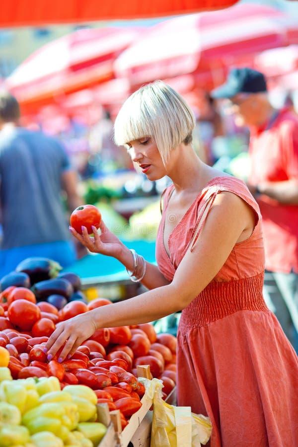 Mulher no mercado com vegetais fotografia de stock