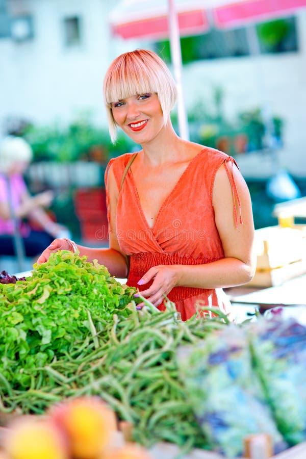 Mulher no mercado com vegetais fotos de stock