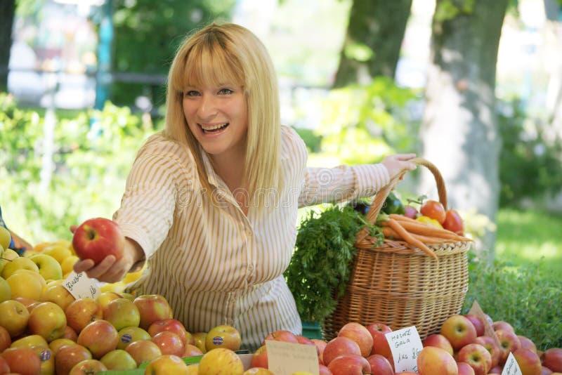 Mulher no mercado de fruta fotografia de stock royalty free