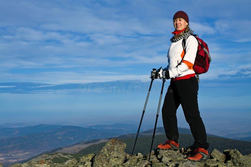 Mulher no Nordic que anda nas montanhas imagem de stock royalty free