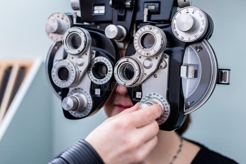 Mulher no optometrista que tem testes da vista do olho foto de stock royalty free