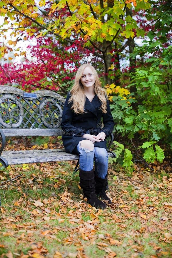 Mulher no outono fotografia de stock royalty free