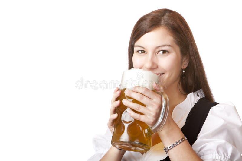 A mulher no pano do dirndl prende o stein da cerveja de Oktoberfest foto de stock