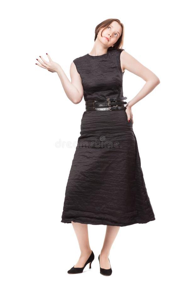 Mulher no pano preto que pensa sobre algo foto de stock