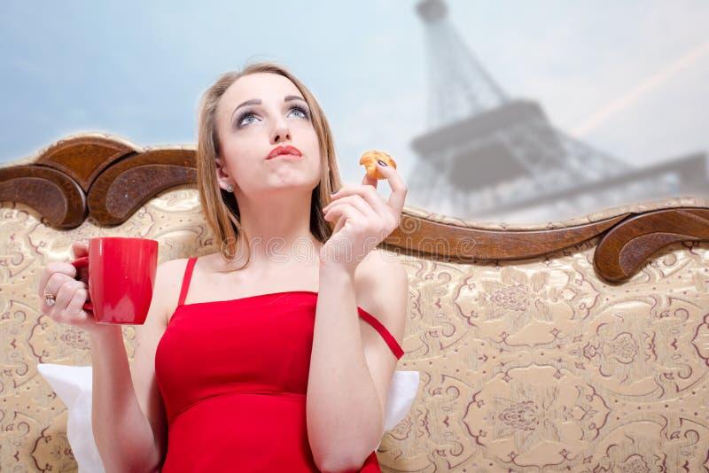 Mulher no pensamento vermelho sobre Paris imagens de stock royalty free