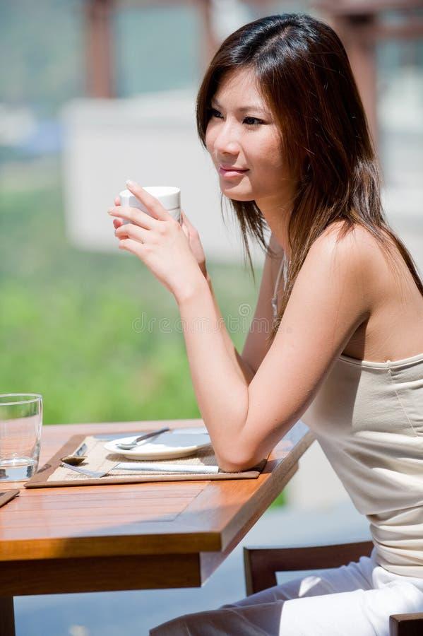 Mulher no pequeno almoço fotografia de stock