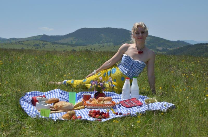Mulher no piquenique em Sunny Day fotos de stock royalty free