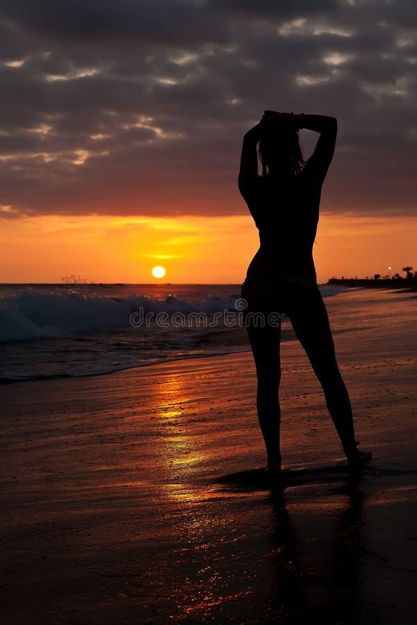 Mulher no por do sol imagens de stock royalty free