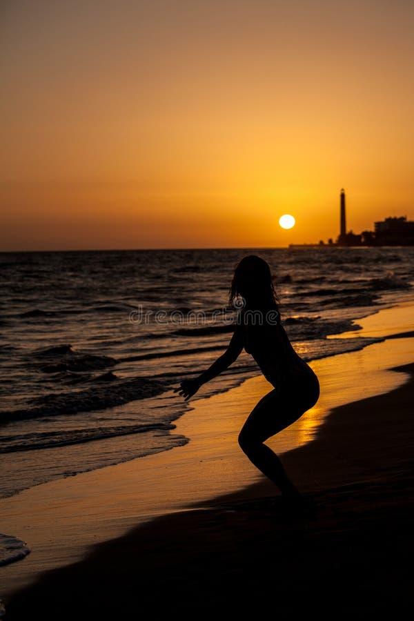 mulher no por do sol da praia fotografia de stock royalty free