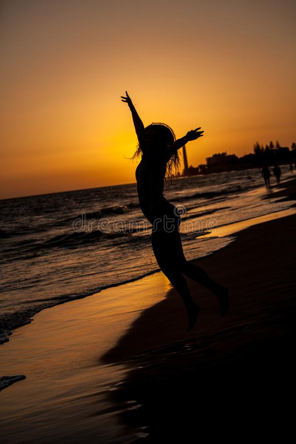 mulher no por do sol da praia fotos de stock