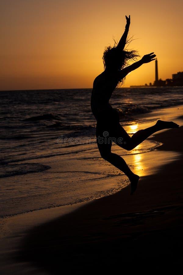 mulher no por do sol da praia imagens de stock