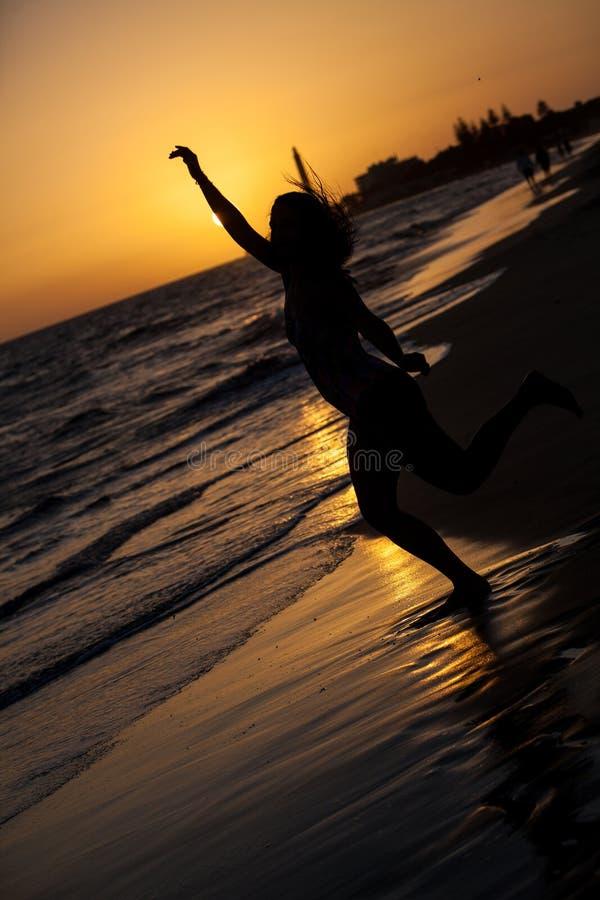 mulher no por do sol da praia fotografia de stock