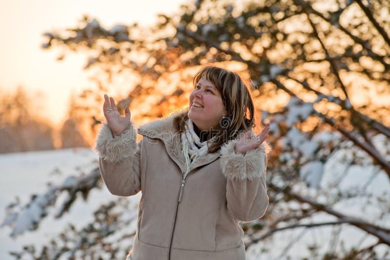 Mulher no por do sol dos invernos fotos de stock