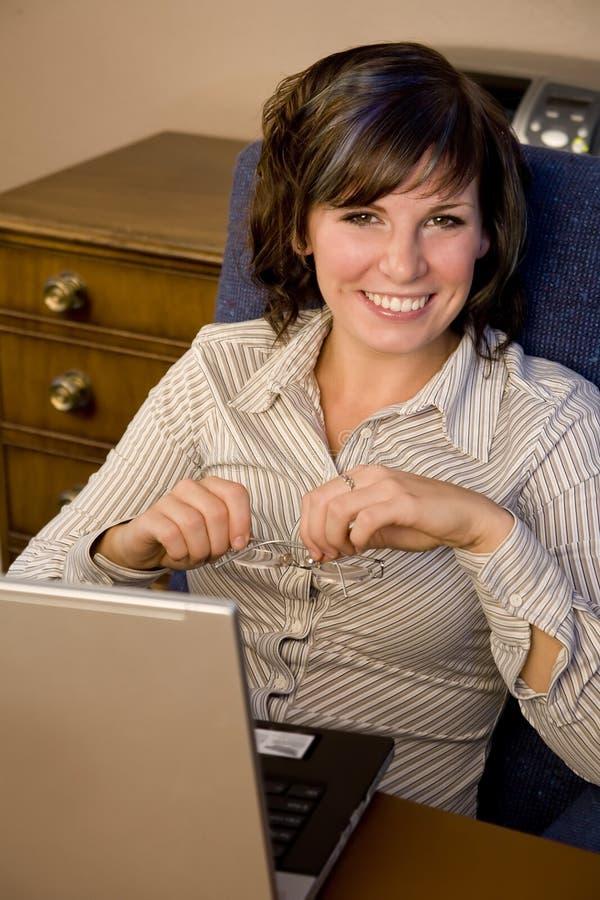 Mulher no portátil imagem de stock royalty free