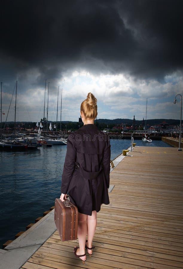 Mulher no porto - antes da tempestade foto de stock