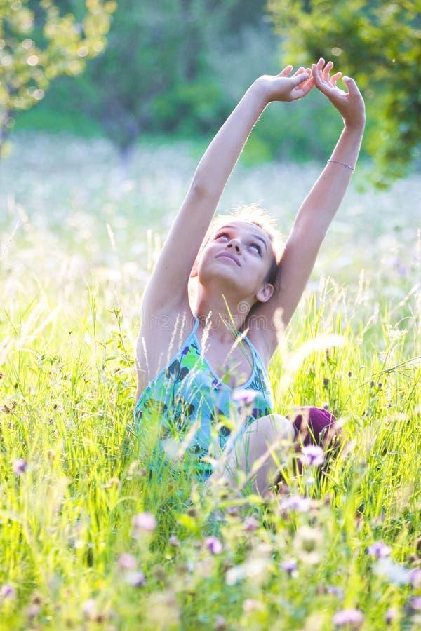 Mulher no prado do verão