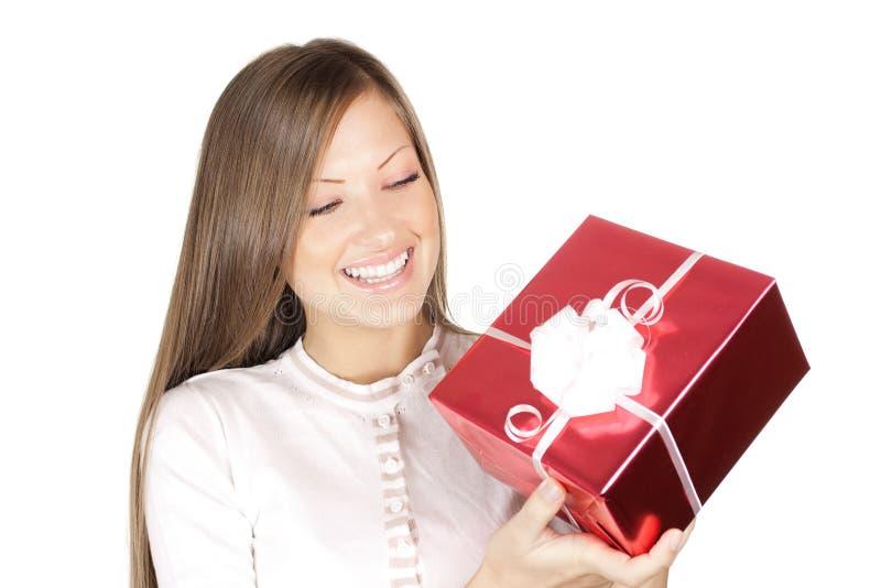 Mulher no presente do Natal da terra arrendada do chapéu de Santa fotografia de stock royalty free