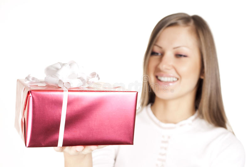 Mulher no presente do Natal da terra arrendada do chapéu de Santa fotos de stock royalty free