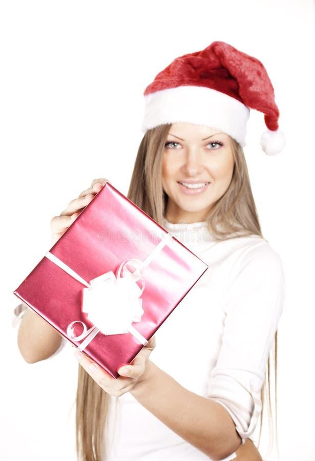 Mulher no presente do Natal da terra arrendada do chapéu de Santa imagem de stock royalty free