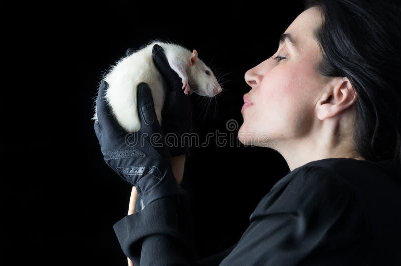 Mulher no preto com rato branco - tiro ascendente próximo imagens de stock