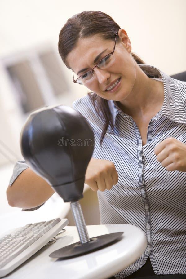 Mulher no quarto de computador usando o saco de perfuração pequeno fotos de stock