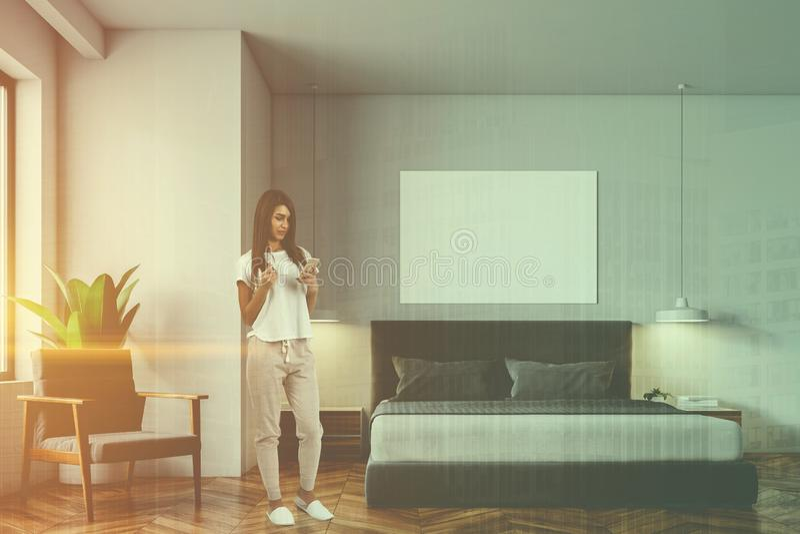 Mulher no quarto escandinavo branco do estilo, cartaz foto de stock royalty free