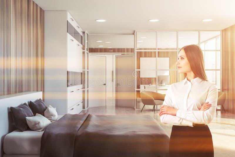 Mulher no quarto luxuoso com escritório domiciliário imagem de stock royalty free