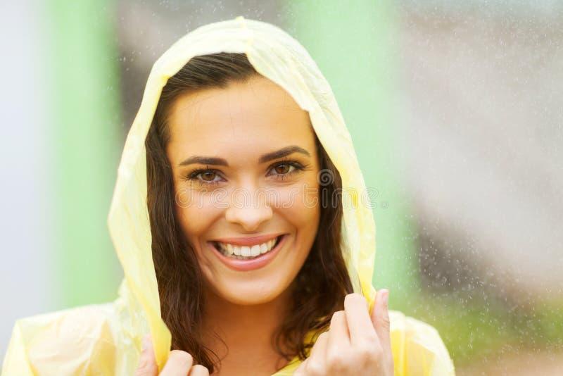 Mulher no raincoat imagens de stock