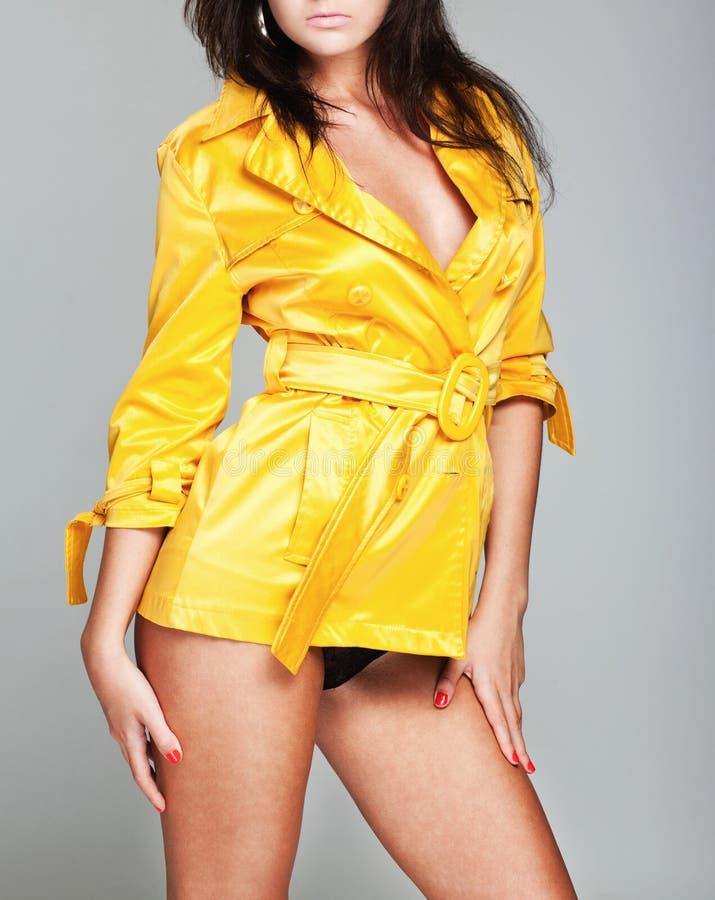 Mulher no raincoat amarelo fotos de stock