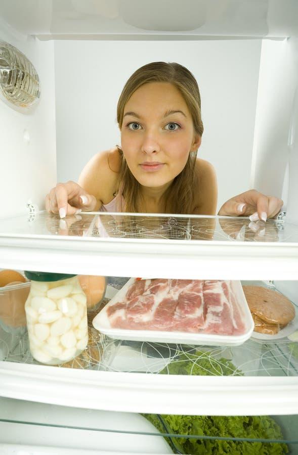 Mulher no refrigerador fotos de stock