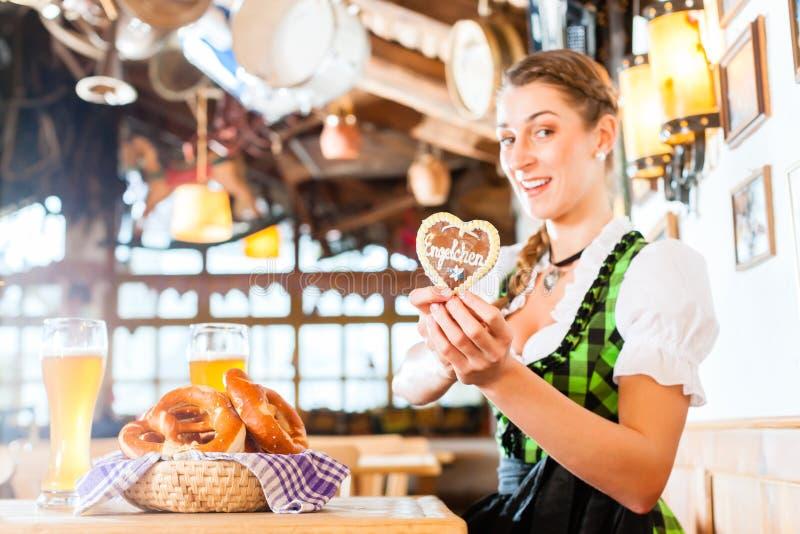 Mulher no restaurante bávaro com pão-de-espécie foto de stock