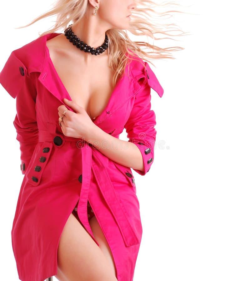 Mulher no revestimento cor-de-rosa fotos de stock royalty free