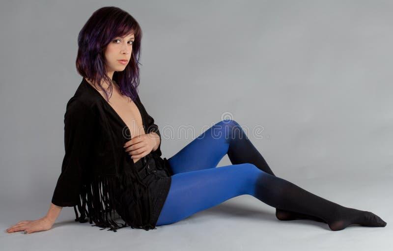 Mulher no revestimento da franja e nas meias de Ombre imagem de stock