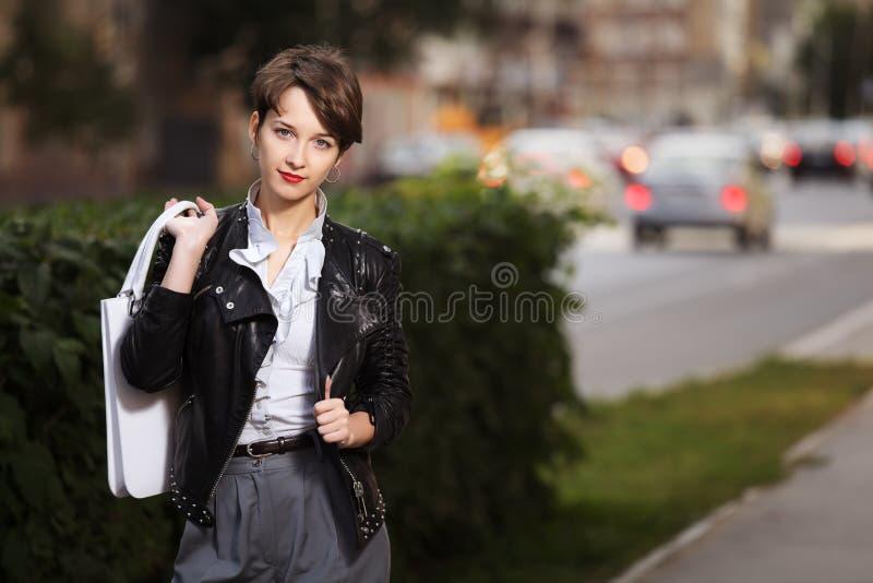 Mulher no revestimento de couro imagens de stock
