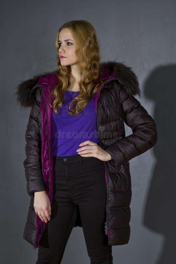 Mulher no revestimento do inverno no estúdio imagem de stock royalty free