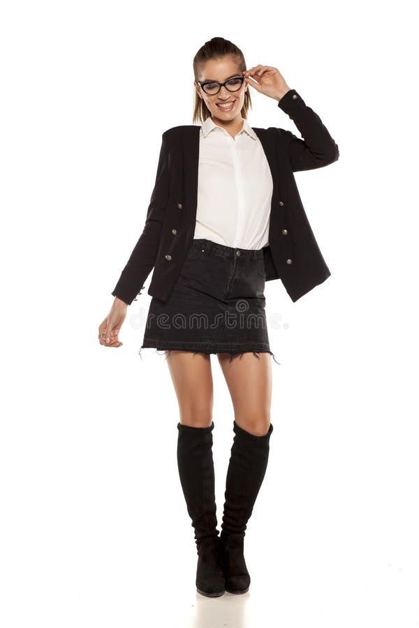 Mulher no revestimento e em uma saia fotografia de stock royalty free