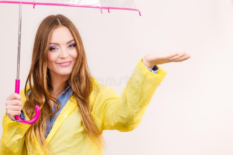 Mulher no revestimento impermeável com guarda-chuva forecasting imagem de stock