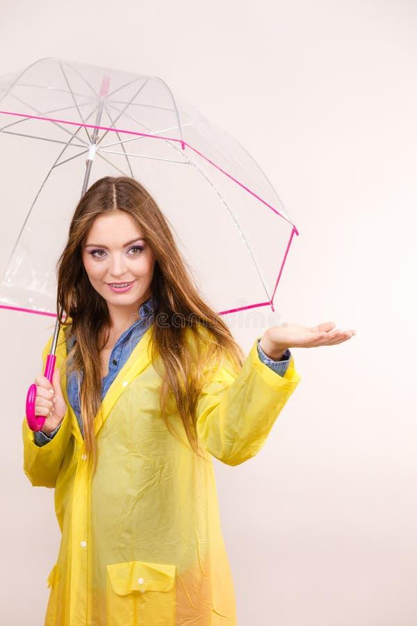 Mulher no revestimento impermeável com guarda-chuva forecasting foto de stock royalty free