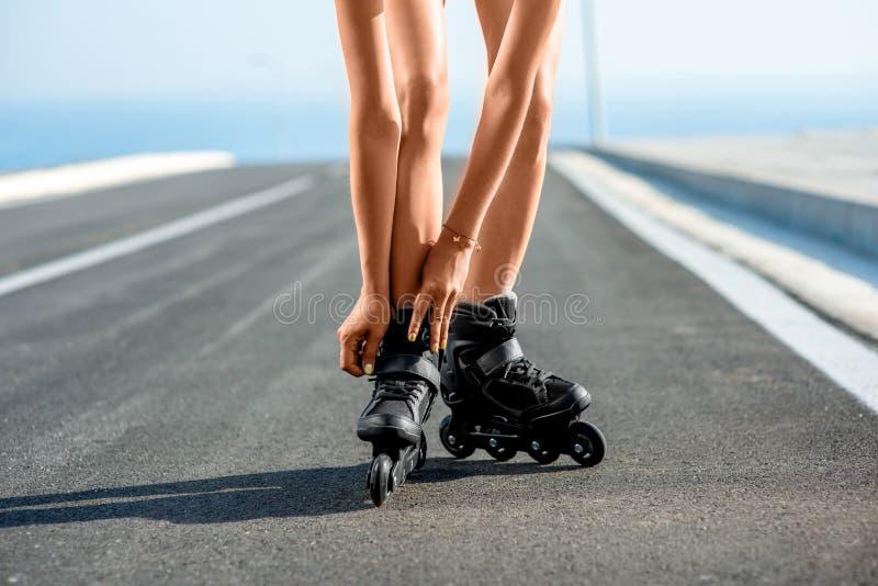 Mulher no roupa de banho com os rolos na estrada imagens de stock royalty free