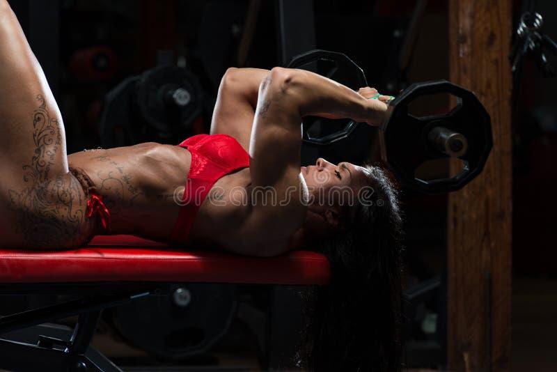 Mulher no roupa interior que faz o exercício para o tríceps imagem de stock royalty free