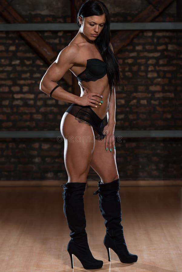 Mulher no roupa interior que mostra seu corpo bem treinado foto de stock