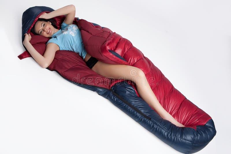 Mulher no saco de sono imagem de stock