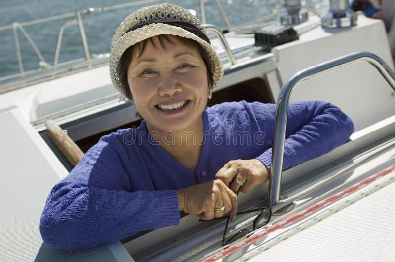 Mulher no sailboat foto de stock